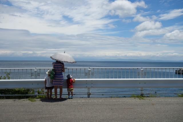 国営明石海峡公園バーベキュー広場の海岸を眺める家族