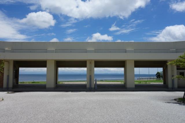 国営明石海峡公園バーベキュー広場の管理棟から眺める海