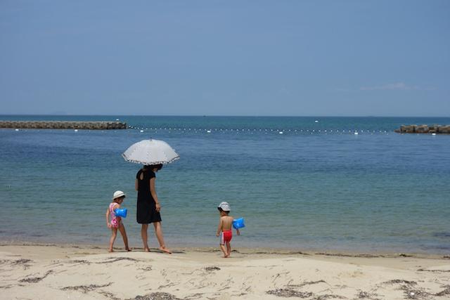 江井海水浴場で遊ぶ家族