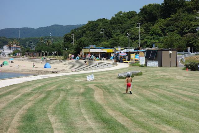 多賀の浜海水浴場の芝生と海