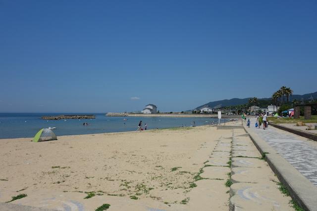 多賀の浜海水浴場の海岸沿い