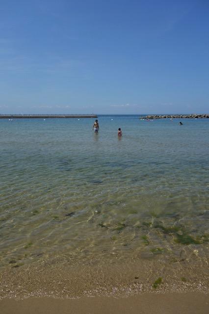 多賀の浜海水浴場の遠浅を見て取れる様子