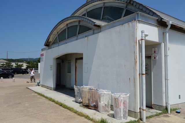 多賀の浜海水浴場の右手の更衣室とシャワー室